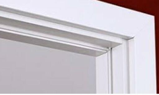 MED PAKNING: Bildet viser en dørkarm med pakning. Løsningen koster litt mer, men til gjengjeld slipper du at døren slår. Foto: Swedoor.