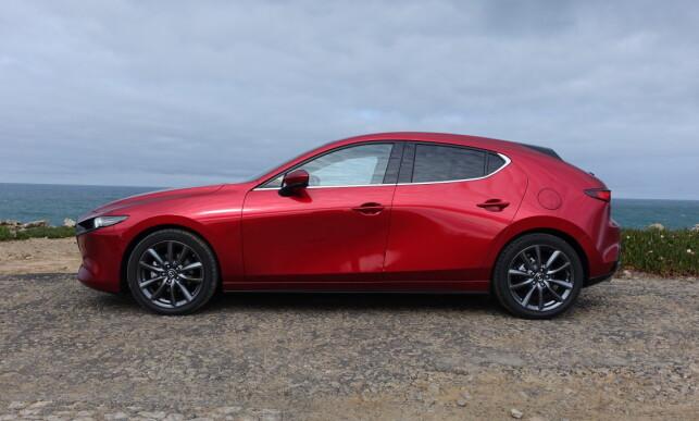 ØYET SOM SER: Avhengig av hvordan lyset faller eller fra hvilken vinkel man betrakter bilen, oppdager man stadig nye visuelle aspekter ved nye Mazda 3. Foto: Knut Moberg