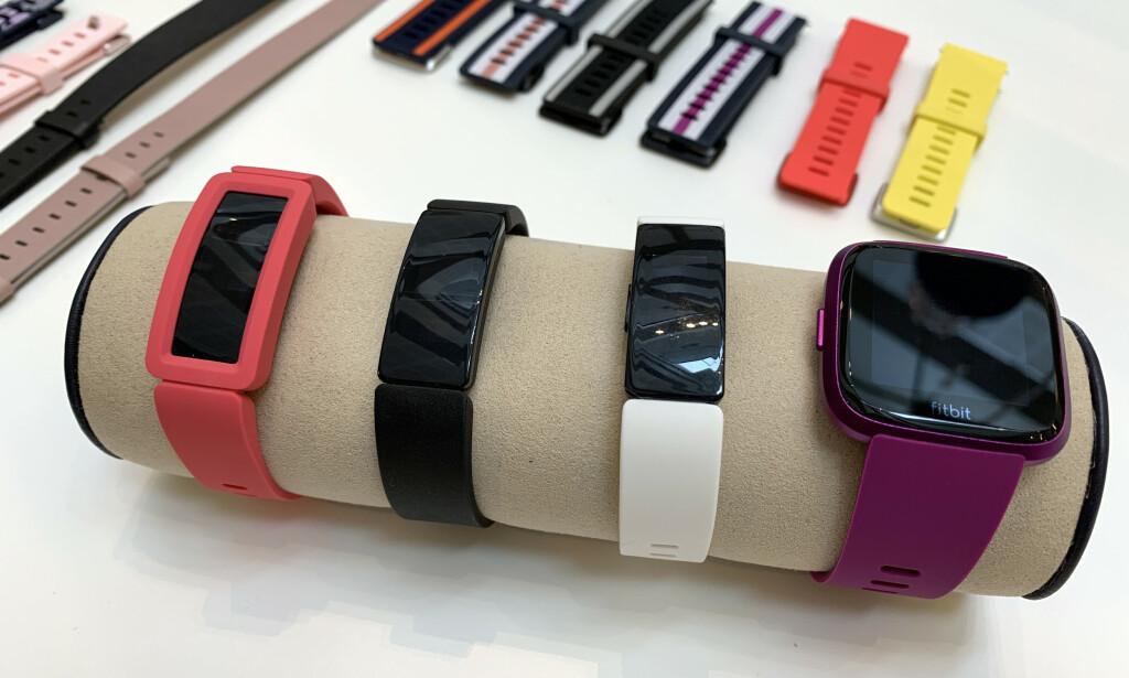 VÅRSLIPP: Fra venstre finner vi Fitbit Ace 2, Fitbit Inspire, Fitbit Inspire og Fitbit Versa Lite. Inspire-serien erstatter Alta-armbåndene, mens Versa Lite er en billigere utgave av selskapets populære smarte treningsklokke. Ace 2 er et aktivitetsarmbånd for barn. Foto: Kirsti Østvang