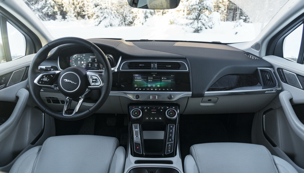 BRITISK UNDERSTATEMENT: Interiøret i Jaguar I-Pace er tekno-luksuriøst, men mer tradisjonelt enn dem man finner hos Tesla. Foto: Jamieson Pothecary