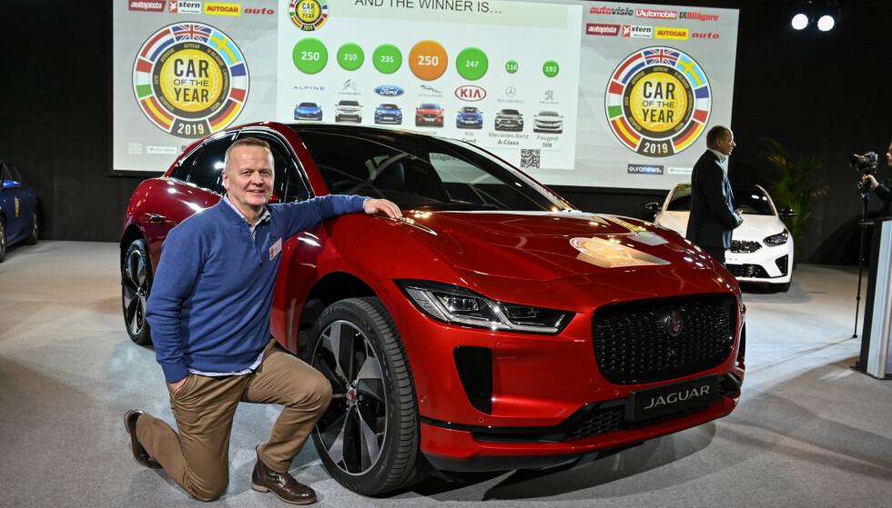 FIKK DET SOM HAN VILLE: Her poserer vårt jurymedlem i Car of the Year in Europe, Rune Korsvoll, med vinnerenj Jaguar I-Pace, etter tidenes tetteste oppgjør mellom seierherren og nummer to - «tilbake til røttene»-sportsbilen Alpine A110. Foto: Jamieson Pothecary