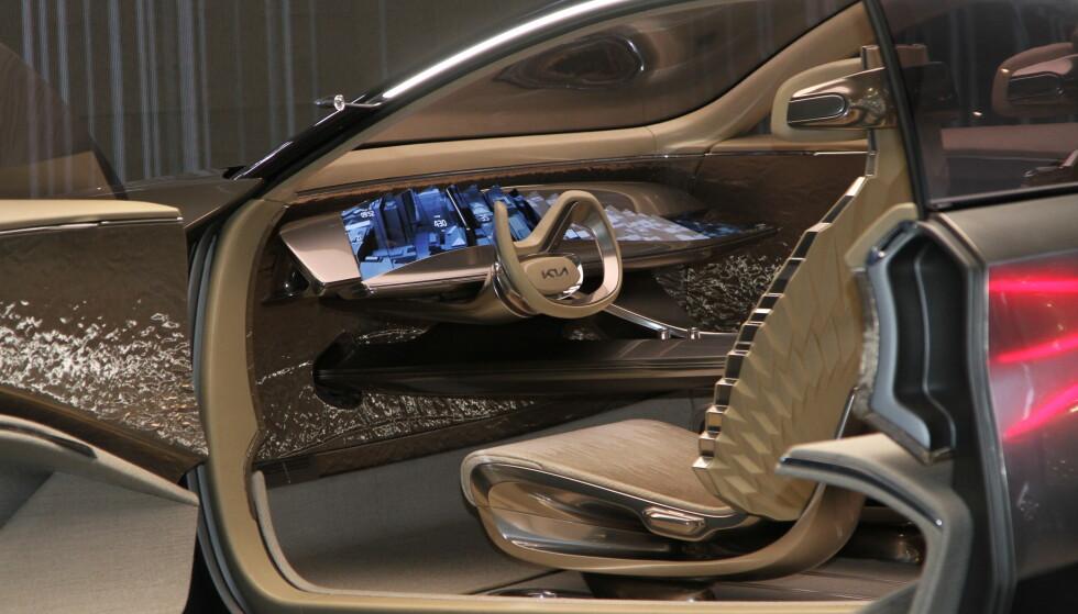 21 SKJERMER: Interiøret i Imagine har 21 supertynne skjermer og skiller seg mye fra det vi ser i bilene i dag. Foto: Rune Korsvoll