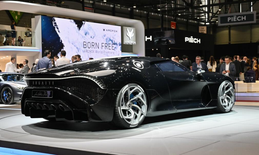 DEN SORTE BILEN: Det er det navnet på Bugattien betyr - la Voiture Noire - som henspiller på Jean Bugattis egen, sorte Bugatti Atlantic 57 SC - en bil som ble bygget i fire eksemplarer fra 1936 til 1938. Denne blir enda mer eksklusiv: Én lykkelig kunde kan bla opp de 108 millioner kronene herligheten koster. Foto: Jamieson Pothecary