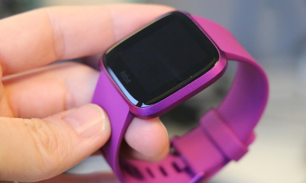 NÅ I LILLA: Den nye Lite-utgaven av Fitbit Versa kommer i et par nye farger, deriblant denne lilla varianten. Foto: Kirsti Østvang