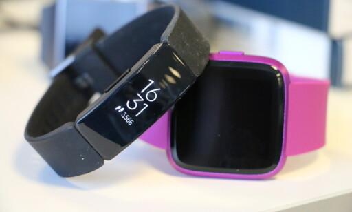 PENT: Fitbit Inspire er en enkel og stilren design. I tillegg til en svart modell, finnes den også i en lilla eller burgunderrød variant. Foto: Kirsti Østvang