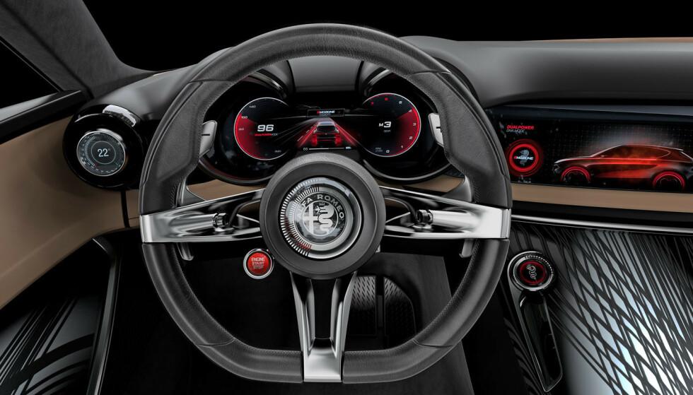 RETROVIBBER: Sjekk det rattet. Logoen med de tynne stripene i sirkel rundt, samt de tre crommede eikene skriker 70-tall og fremstår som kunst i det moderne interiøret. Legg merke til startknappen og klimastyringen ytterst på dashbordet. Luksuriøst særpreg. Foto: Alfa Romeo