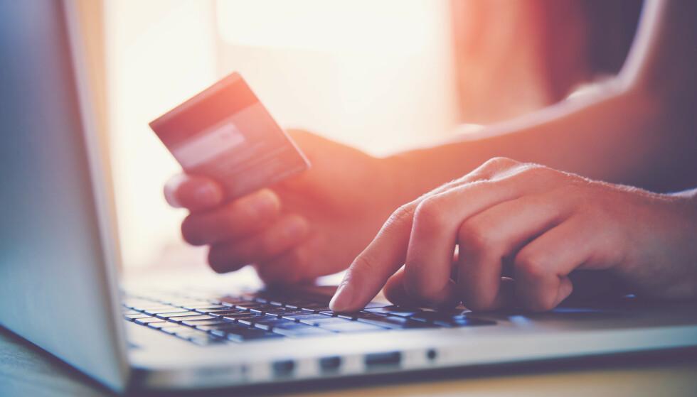 NETTSHOPPING: Det kan lønne seg å være kunde i flere banker, slik at du får de beste vilkårene på alle bankproduktene du trenger. Men det er også lurt å bruke tid på å finne en god løsning slik at du har oversikt over alle kundeforholdene dine. Foto: Shutterstock/NTB Scanpix.
