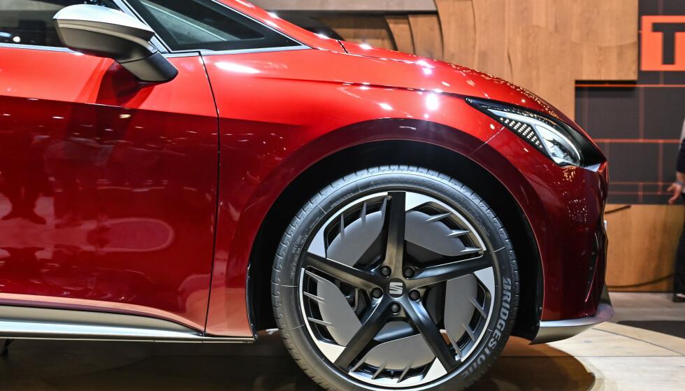 RACING: Som VW I.D. har også El-Born 20-tommers hjul. Utstillingsmodellens racinginspirerte platefelger ser vi gjerne i produksjon. Foto: Jamieson Pothecary