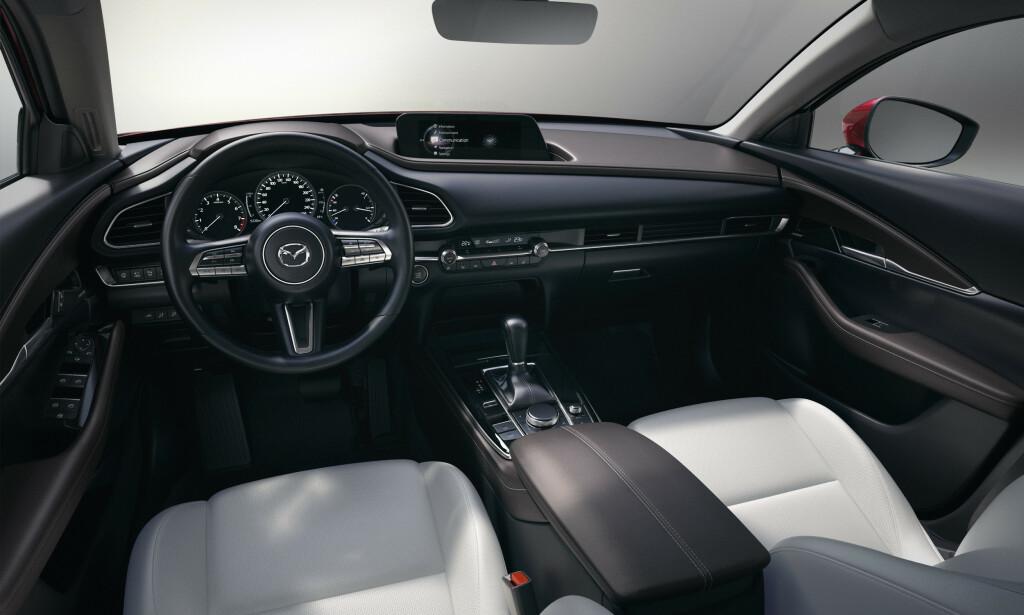 AS IS: Mazda satser på skinn og krom og ser både sporty og elegant ut. Skjermen er blitt større, som på nye Mazda 3. Foto: Mazda