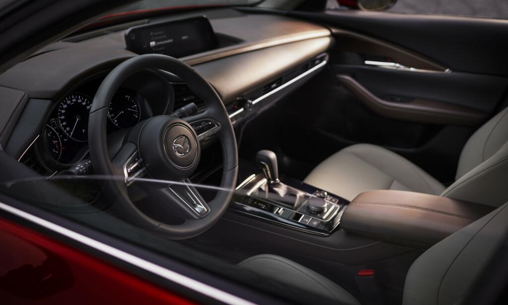 KJENNER SEG IGJEN: Mazda er en av få som ikke har gått over til berøringsskjerm. Og det trenger man ikke om man lager et bra betjeningssystem. Foto: Mazda