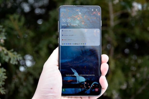KNALLSKJERM: Samsungs AMOLED-skjerm har høy oppløsning, særdeles gode farger og synes godt selv i sollys. Foto: Pål Joakim Pollen
