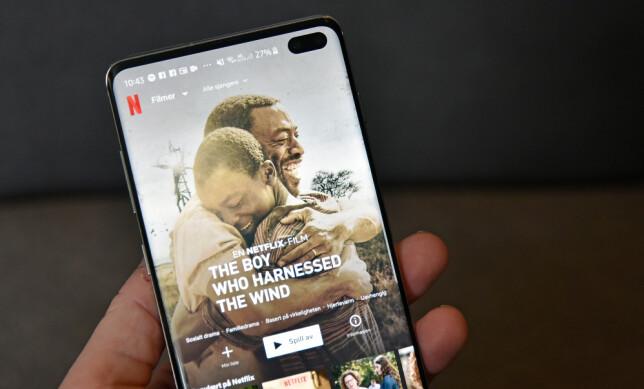 FULLSKJERM: Du kan tvinge apper til å bruke hele skjermen eller la Samsung velge selv. I automatisk modus stopper Netflix-appen rett ved frontkameraet, også når du ser film. Foto: Pål Joakim Pollen