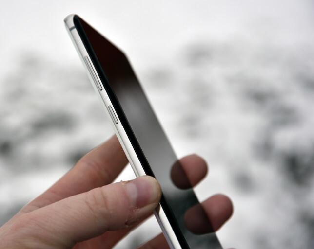 EGEN KNAPP: Under volumknappen finner du Bixby-knappen, som du nå kan starte en hvilken som helst app med, og ikke bare Bixby. Foto: Pål Joakim Pollen