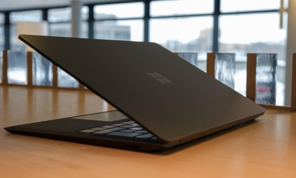 Den svarte Surface Laptop-en er ganske lekker, mener vi.