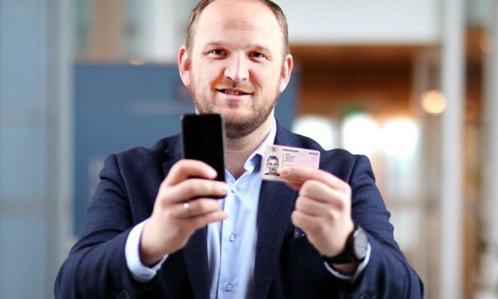FORNØYD: Samferdselsminister Jon Georg Dale ønsker digitalt førerkort velkommen. Svenskene mener også tiden er moden for et skifte. Foto: Tor Livius Midtbø/Samferdselsdepartementet.