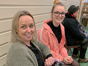 FEMTE GANG: May Britt Sighaug observerer folk - og ser etter kupp. Her med datteren Jenny, som ved forrige auksjon sikret seg billige nakkeputer som ble solgt videre på Finn.no. Foto: Berit B. Njarga