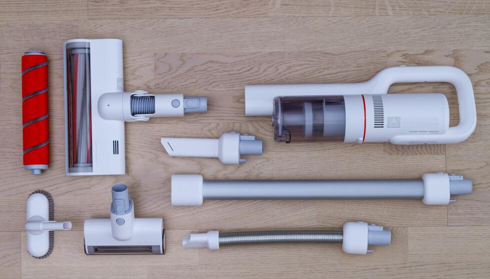 STOR PAKKE: Tilbehøret til Xiaomi Roidmi F8 burde dekke de aller fleste behov. Foto: Tron Høgvold