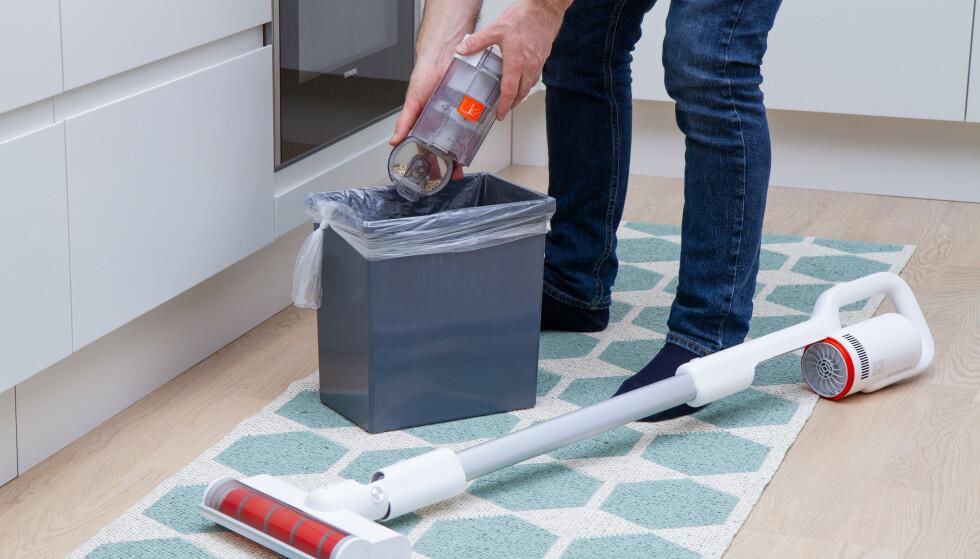 TØMMING: Beholderen klikkes enkelt av støvsugeren for tømming, men dessverre har hybelkaniner og hundehår en tendens til å henge igjen i beholderen. Foto: Tron Høgvold