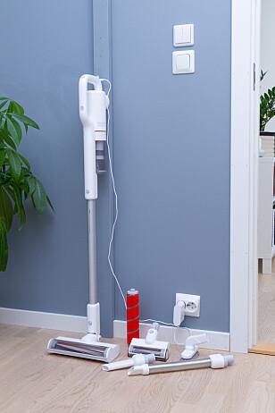 MAGNET: Veggbraketten er egentlig bare en magnetplate som hindrer støvsugeren i å velte. Det er ikke noe oppbevaringsplass for tilbehøret på veggbraketten. Foto: Tron Høgvold