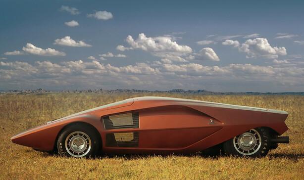 KORTVOKST: Stratos Zero er så lav at frontruten må åpnes for å kom inn i bilen. Foto: Lancia
