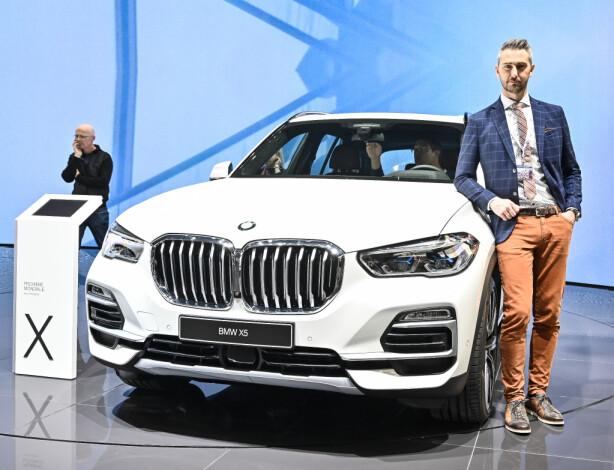 STORSATSING: Kommunikasjonsdirektør Marius Tegneby ved nye X5 45e. BMW skal ha minst 25 ladbare modeller på markedet innen 2025. Foto: Jamieson Pothecary