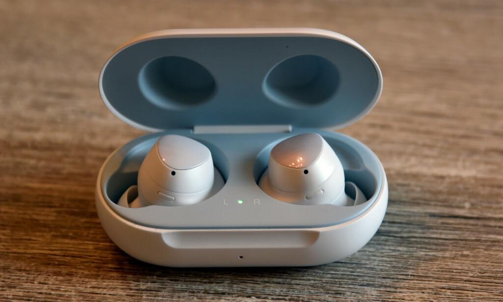GRØNT LYS: LED-lyset på innsiden viser gjenstående batteri på proppene. Klapper du igjen lokket, lyser LED-lyset på utsiden for å indikere gjenstående batteri. Foto: Pål Joakim Pollen