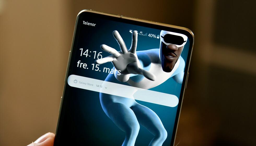 <strong>GLIR INN:</strong> Mange lager nå bakgrunner til Samsung Galaxy S10 og S10+ som glir inn med designet på kamerahullene. Foto: Pål Joakim Pollen