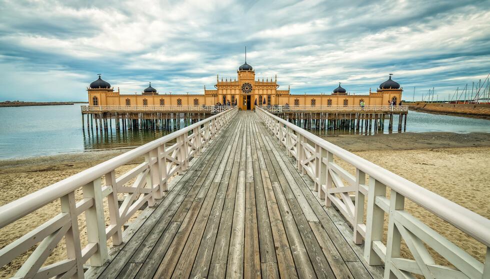JA, VI ELSKER SVERIGE: Hvor reiser nordmenn mest på ferie? Spania må dele førsteplassen med Sverige, begge med 1,1 millioner feriereiser fra Norge i 2018. Bildet er av badehuset i Varberg, sør for Göteborg. Foto: Shutterstock/NTB scanpix