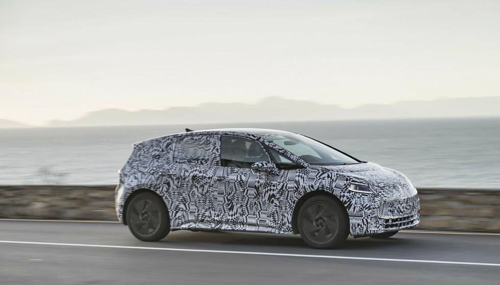 KAMUFLERT: VWs første bil bygget på den nye I.D.-plattformen, som mange tror vil få navnet Neo, kaster kamuflasjen etter sommerferien. Foto: VW
