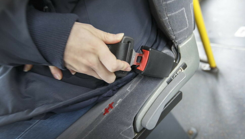 SIKKERHETSBELTE PÅ BUSS: 9 av 10 sier de er klar for påbudet om belte i buss, mens 7 av 10 sier at de faktisk bruker det. Foto: Shutterstock.