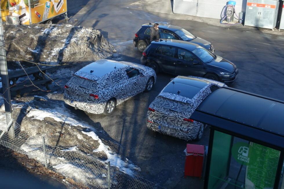 SAMLING I BUNN: Her er fire av bilene fra det tyske følget - to av dem folierte VW Golf. Foto: Privat
