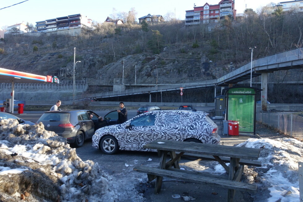 NY VW GOLF 8? En av Dinsides lesere så blant annet disse to bilene på tur i Norge, onsdag morgen. Foto: Privat
