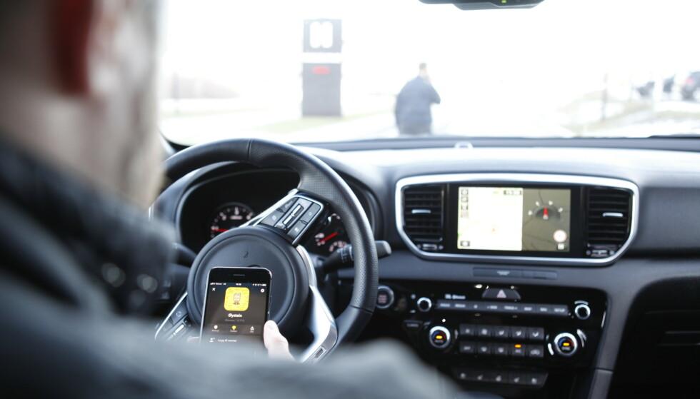 MOBIL I BIL: Er det straffbart å bruke mobilen på rødt lyst? Det skal Høyesterett avgjøre. Foto: Øystein Bergrud Fossum