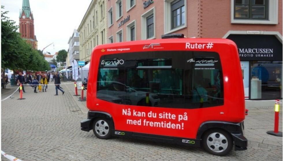 MED FØRER: Ruter har testet «selvkjørende» minibusser, men de er stor forskjell på å demonstrere et kjøretøy på et lukket område og et kjøretøy som klarer seg selv i trafikken. Så langt har en fører alltid vært med. Foto: Ruter
