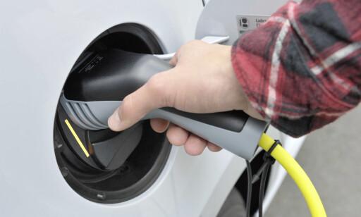 BILLIG Å TANKE STRØM: Til tross for dyrere strøm i vinter, er det fortsatt betydelig billigere å kjøre på strøm enn på bensin- eller diesel. Foto: Rune Korsvoll