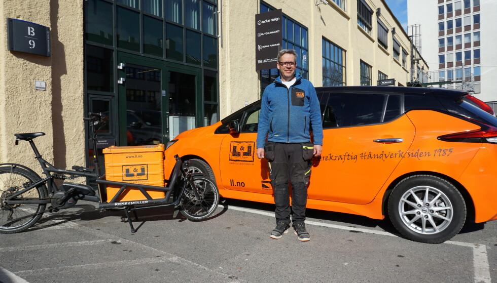 FRA DIESEL TIL EL: - Selv om vi driver et tømrerfirma, har det gått fint å bytte ut de store pickup-ene med elbiler og el-sykler. Det er utrolig mye penger å spare på det, sier Yngve Lohne, som selv pendler med en Nissan Leaf. Foto: Ola Sommerfelt.