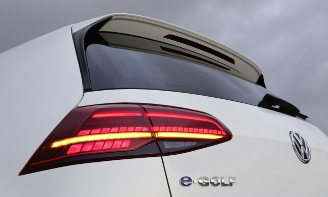 GOLF MOT GOLF: Hvor mye du kan spare ved å kjøre elbil, varierer selvfølgelig mye avhengig av hvor du lader, strømprisen, hvor ofte du passerer en bomstasjon, om du finansierer kjøpet med lån og så videre. Vi har beregnet kostnadene for bilhold i ett år på VW Golf - én med bensinmotor og én med elmotor. Foto: VW