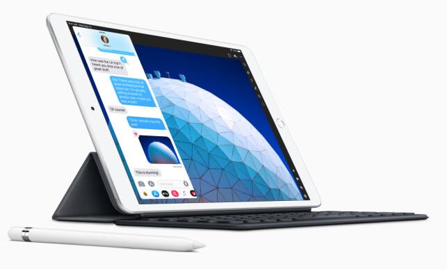 FINGERSENSOR OG TASTATUR: iPad Air har ikke bare litt større skjerm enn før, men den kan også by på blant annet hjemknapp med Touch ID-fingersensor - og så kan den brukes med Apples Smart Keyboard. Foto: Apple