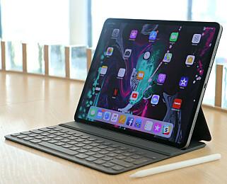 UTEN HJEMKNAPP: De nyeste iPad Pro-modellene kommer med nærmest rammeløs design og uten hjemknapp. Du låser den opp med ansiktet ditt. Det er også den lekreste iPad-en. Foto: Kirsti Østvang