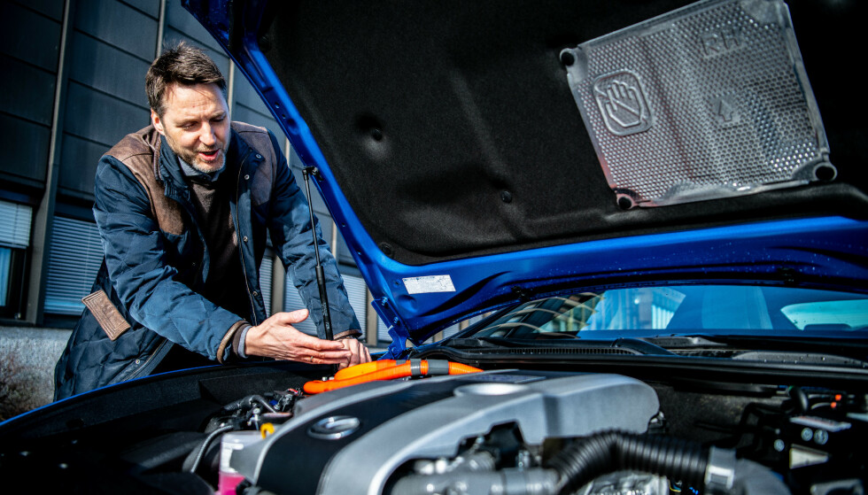 FORNØYD: Brath viser frem de solide komponentene i en av Lexus sine modeller