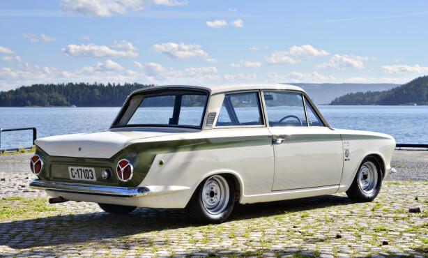 GROMT: En ekte Lotus Cortina har mange tøffe detaljer. Den grønne stripen, Lotus-merkene og de karakteristiske stålfelgene er noen av disse. Foto: Stein Inge Stølen