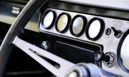 RACING: Tøffe instrumenter fra en tid man måtte følge med motorens målinger. Foto: Stein Inge Stølen