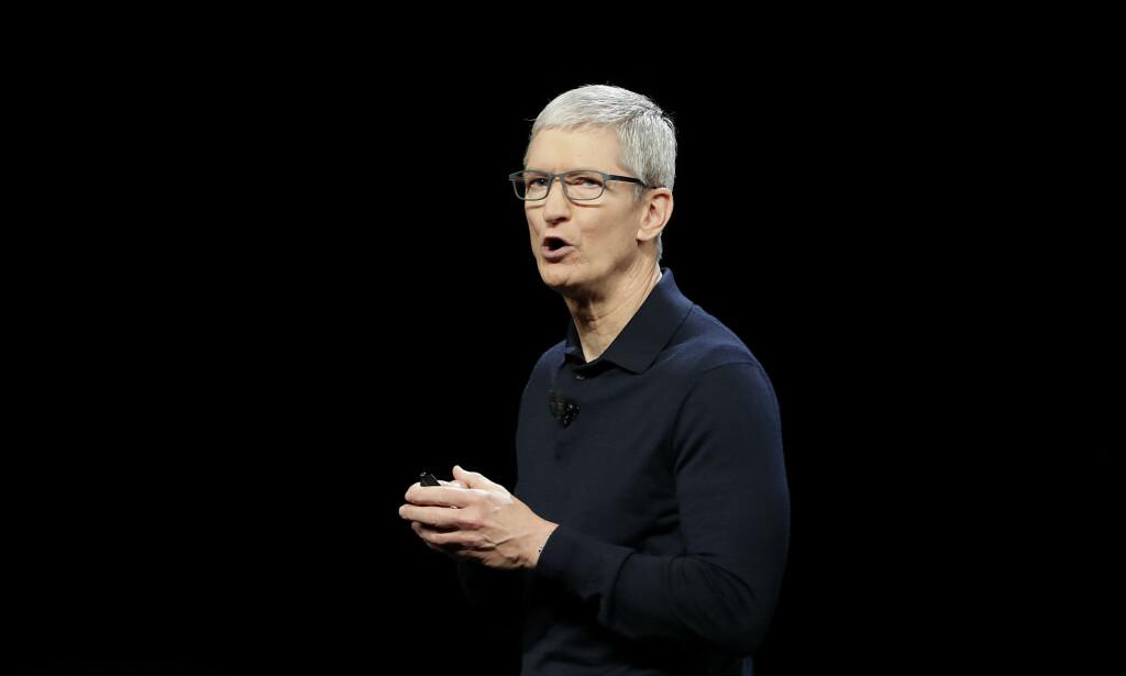 SATSER PÅ TV: Tirsdag kveld skal Apple med Tim Cook i spissen vise frem sin nye TV-tjeneste. De kommer sent på banen - men kommer de godt? Foto: Marcio Jose Sanchez/AP Photo/NTB Scanpix