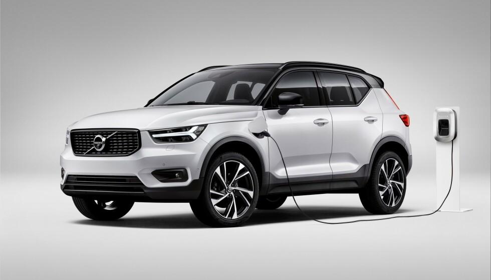 RIMELIGERE OG MINDRE ALTERNATIV: Volvo lanserer med XC40 Twin Engine et ladbart alternativ til de hittil tilgjengelige, «fossile» utgavene av den kompakte XC-en. Prisen starter på 480.000 kroner, men vi kunne ha ønsket oss en lengre rekkevidde. Foto: Volvo Cars