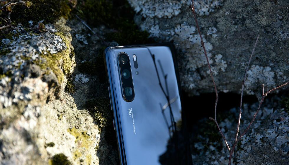KAN MISTE OPPDATERINGER: Frem til nå har P30 Pro-eiere mottatt oppdateringer til sine mobiler. Snart kan det være slutt. Foto: Pål Joakim Pollen
