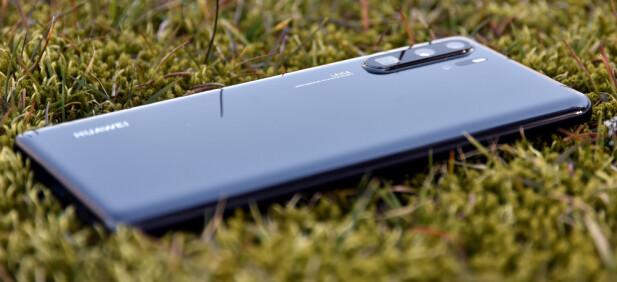 STIKKER UT: Huawei har en ganske heftig bulk rundt kameraet, og med mindre du har på et deksel, ligger den ikke akkurat rett på bordet. Foto: Pål Joakim Pollen