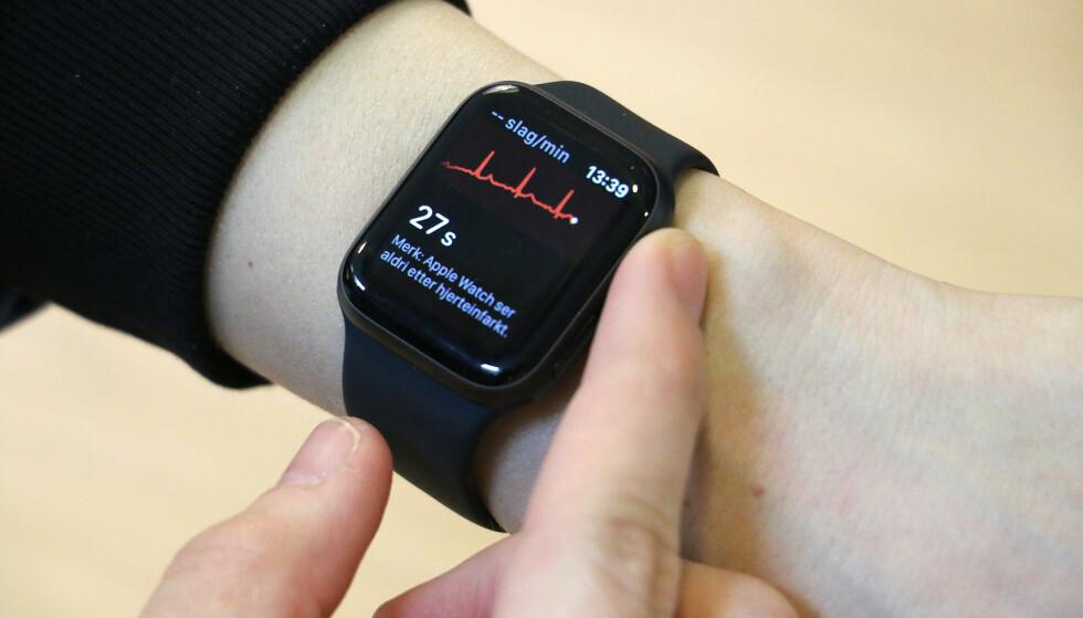 DIN HJERTERYTME: Når du tar en EKG-måling, vil du se din egen hjerterytme på skjermen i sanntid. Foto: Martin Kynningsrud Størbu