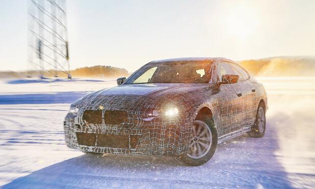 BMW i4: Slik fremstår dagens kamuflerte versjon av den kommende elektriske sedanen fra BMW, som vil baseres på kommende 4-serie. I likhet med allerede lanserte 3-serie bygger den på den nye CLAR-plattformen til München-produsenten. Foto: BMW