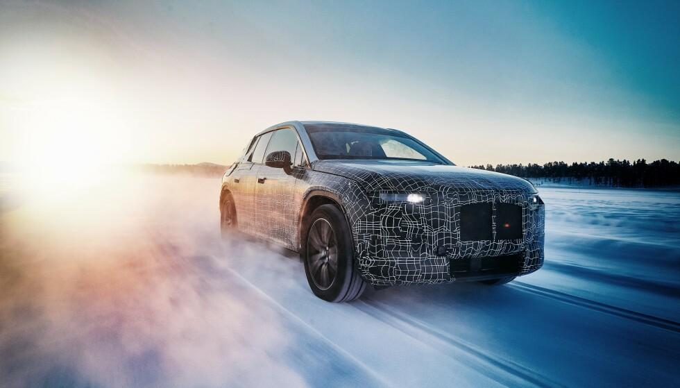 ELEKTRISK BMW-SUV: Her testes den kommende produksjonsversjonen av BMW iNext på en islagt innsjø i Nord-Sverige. Både iNext, i4 og iX3 - sistnevnte snart klar for markedet - er for tiden under utprøving i isødet. Foto: BMW
