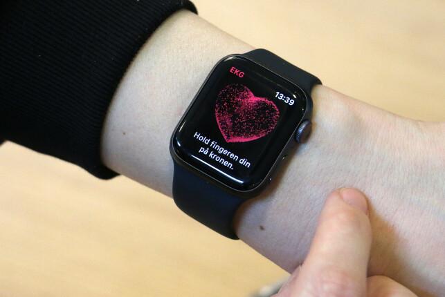 HOLD, IKKE TRYKK: Du holder fingeren din på den digitale kronen til Apple Watch i 30 sekunder for å ta en EKG. Foto: Martin Kynningsrud Størbu